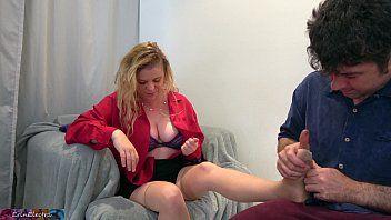 Hij masseert en neukt een blonde